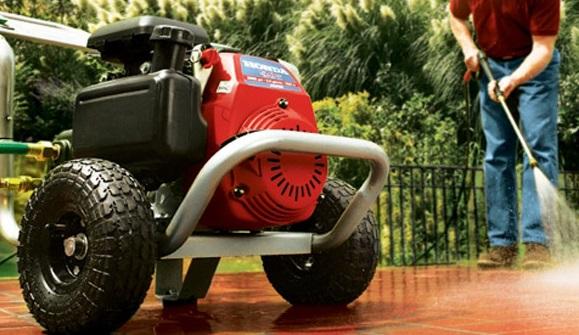 Profesjonalna myjka ciśnieniowa idealnie nadaje się nie tylko do czyszczenia samochodu, ale i także elewacji, chodników, ogrodzeń itp.