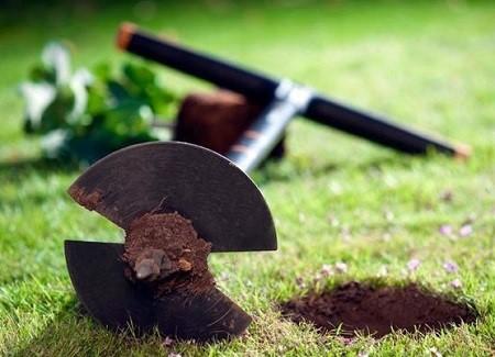 Świdry (wiertnice) ręczne glebowe idealnie nadają się do mniej zaawansowanych prac w ogrodzie. Fotografia: Świder ręczny (Wiertnica ręczna) do ziemi marki Fiskars, rolmarket.pl.
