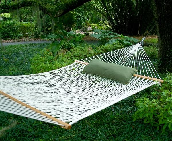 Hamak ogrodowy w zależności od przeznaczenia może być wykorzystywany jako łóżko, miejsce na drzemkę lub krótki relaks. Materiał wpływa na komfort - najwygodniejsze są z reguły hamaki wykonane z bawełny.