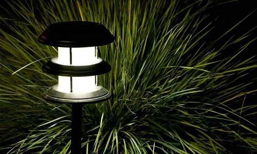 lampa halogenowa ogrodowa w eleganckiej oprawie