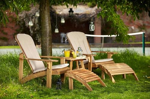 Odpowiednie meble do ogrodu to nie tylko komfort, ale również i estetyka. Coraz większa liczba osób kieruje się kwestiami wizualnymi leżaków, gdyż traktuje je jako swoisty element dekoracyjny ogrodu. Na zdjęciu estetycznie wykonane leżaki ogrodowe drewniane.