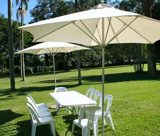 Parasol ogrodowy ze stojakiem wykonanym z metalu. Czasza materiałowa o dużej powierzchni stanowi skuteczną ochronę przed największym słońcem. Podstawę i sam parasol można kupować osobno.