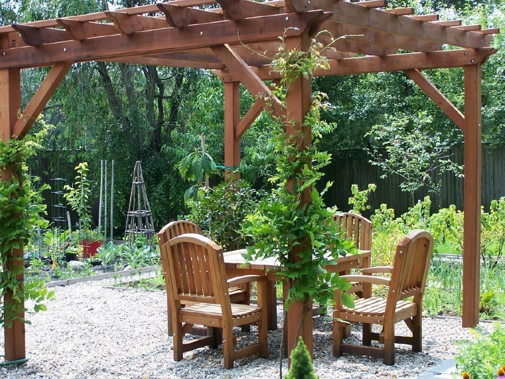 Pergola ogrodowa drewniana to nie tylko piękny element dekoracyjny, ale także konstrukcja mająca wymiar czysto praktyczny. Pergola z ławkami znakomicie nadaje się na relaks czy też rodzinne posiłki, stanowi także świetne podparcie dla roślin pnących.