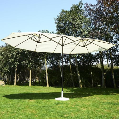 duży parasol ogrodowy ze stojakiem