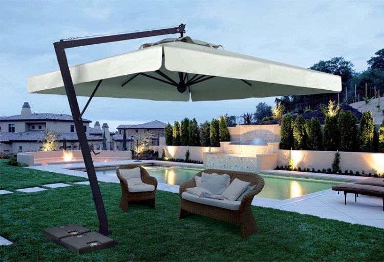 parasol ogrodowy z fotelami z wikliny w nowoczesnej aranżacji