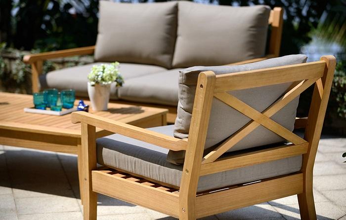 zestaw drewnianych mebli do ogrodu - stół i krzesła