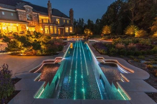 Dekoracyjne lampy ogrodowe do basenu. Artystyczna wizja oświetlenia zewnętrznego w kształcie skrzypiec. Źródło: www.e-ogrodek.pl.