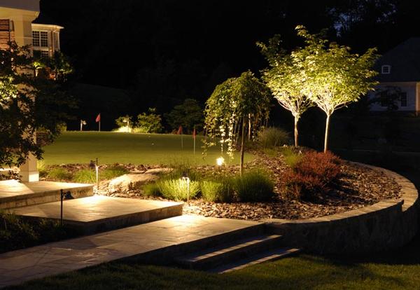 Oświetlenie ogrodu za pomocą systemu np. lamp solarnych czy też halogenowych dodaje uroku naszej działce, dzięki czemu prezentuje się ona jeszcze atrakcyjniej. Porada: Eksponujmy tylko te miejsca, które chcemy szczególnie pokazać.