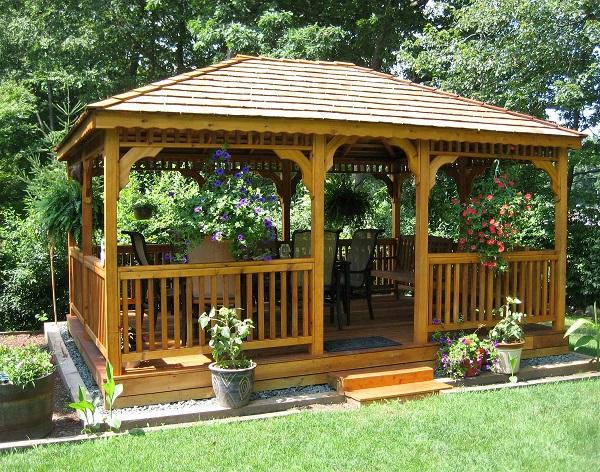 Altana ogrodowa drewniana to nie tylko wyjątkowy element dekoracyjny, ma również zastosowanie czysto funkcjonalne. Idealnie komponuje się z architekturą ogrodu. Pamiętajmy, aby na drewno nanieść impregnat ochronny.