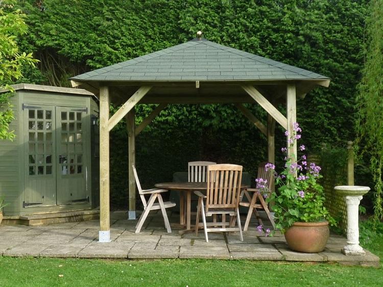 drewniana altana ogrodowa z dachem