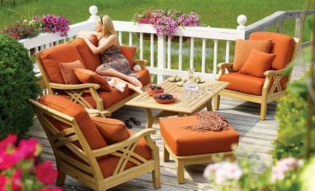 Fotele ogrodowe drewniane z dodatkiem poduszek znakomicie komponują się z naszym ogrodem oraz tarasem. Należy pamiętać o odpowiedniej pielęgnacji oraz impregnacji drewna, co zapewni jego lepszą ochronę przed zmienną aurą.