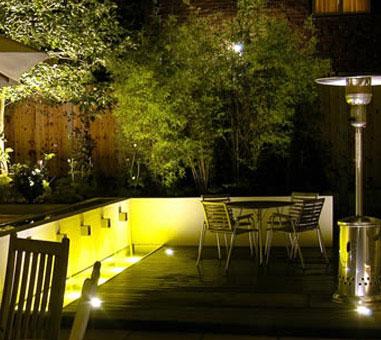 Lampy halogenowe ogrodowe to dokonały pomysł na doświetlenie tych miejsc, które w naszym ogrodzie prezentują się wyjątkowo okazale. Halogeny nowszej generacji mogą dać nam oszczędność energii rzędu 30%, a halogeny LED - nawet 80%.