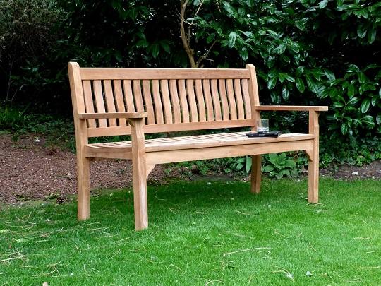 Ławka ogrodowa wykonana z drewna to najpopularniejsza forma ławeczki, wybierana przez użytkowników. Elegancja i stabilna, świetnie komponuje się z naszym ogrodem. Trzeba pamiętać jednak o sukcesywnej impregnacji, a także o ograniczonych możliwościach mobilnych.
