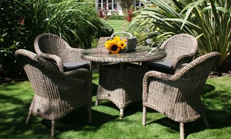 Meble do ogrodu powinny idealnie komponować się z jego stylem. Na zdjęciu meble ogrodowe rattanowe.