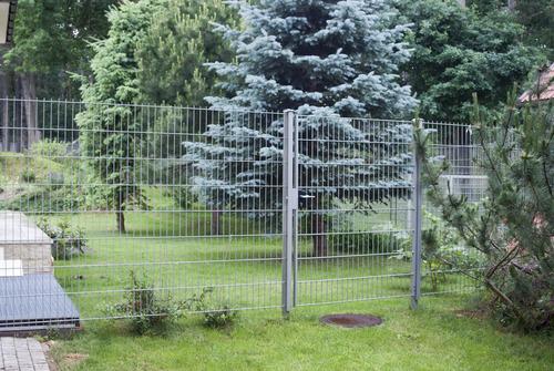 Istnieje wiele rodzajów materiałów ogrodzeniowych, które z powodzeniem można zastosować do ogródka. Na zdjęciu ogrodzenie panelowe z drutów stalowych.
