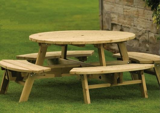 Stół ogrodowy drewniany, łączony z gotowymi siedziskami, to świetna i wygodna propozycja do ogrodu. Minusem jest jego ograniczona mobilność - przestawianie takiej konstrukcji wymaga siły.