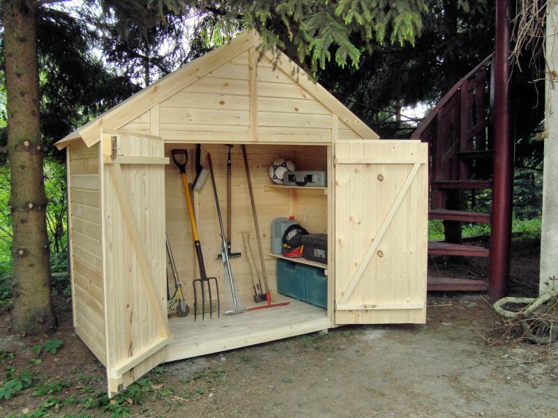 Najpopularniejszym materiałem budulcowym dla domków ogrodowych jest drewno. Na zdjęciu: efektowny domek drewniany narzędziowy, sklep Ogrodosfera.