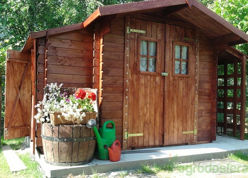 Niedrogie, gotowe domki ogrodowe to dobry sposób na zorganizowanie miejsca do przechowywania sprzętów ogrodowych na działce. Fot. Ogrodosfera.