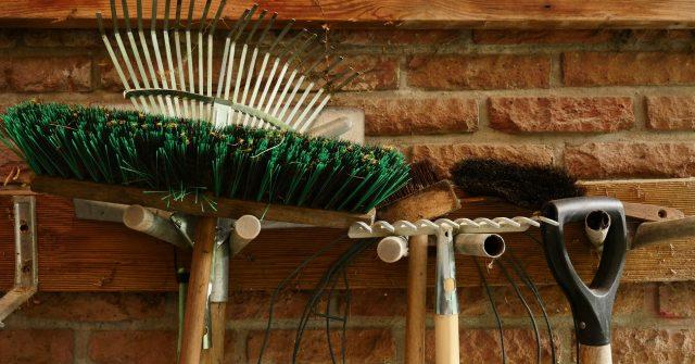 Półki, wieszaki i haczyki to bardzo przydatne akcesoria wyposażenia wewnętrznego każdego domku.