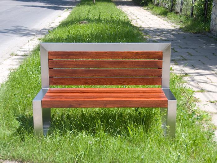 Nowoczesna ławka o prostej bryle i ciekawie zestawionych kolorach