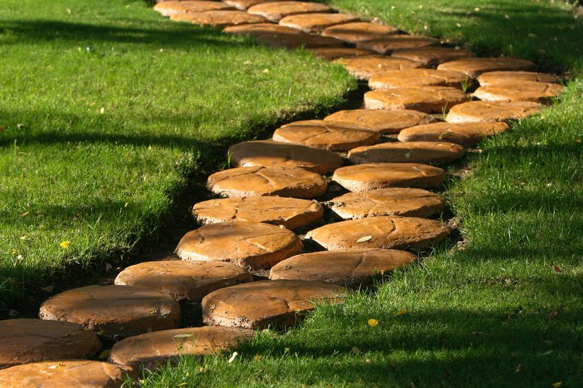 ścieżka ogrodowa wykonana z drewnianych elementów
