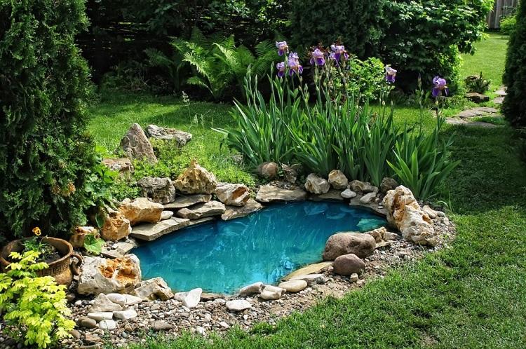 wkomponowane w ogród oczko wodne