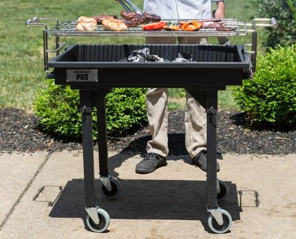 tradycyjny grill węglowy na kółkach