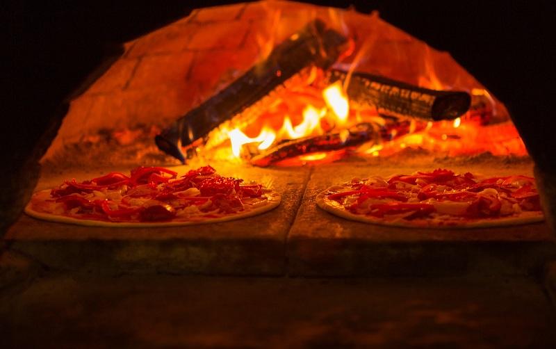 Jak zbudować ogrodowy piec do pizzy opalany drewnem?