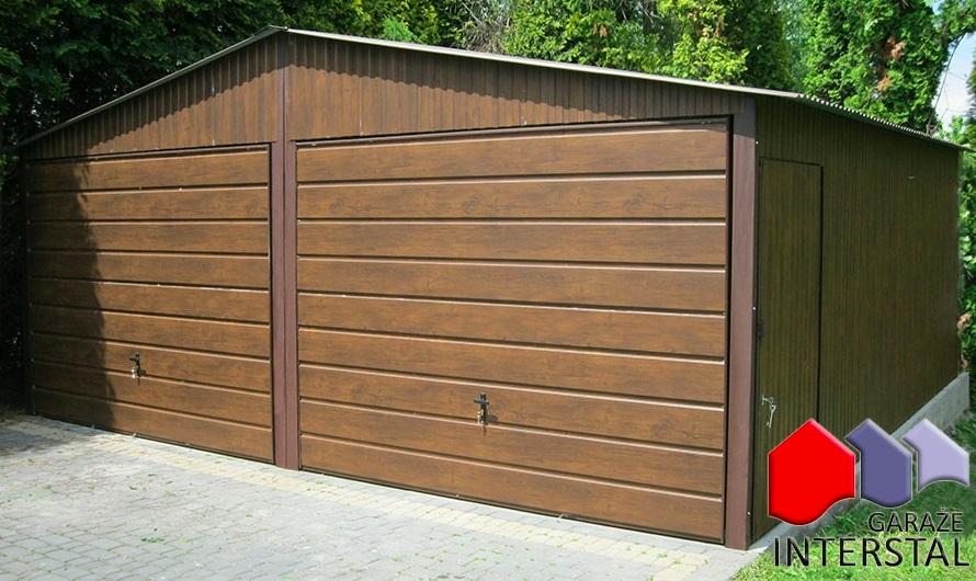 garaż z blachy imitującej drewno