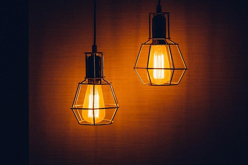 Lampy industrialne – do jakich wnętrz pasują?